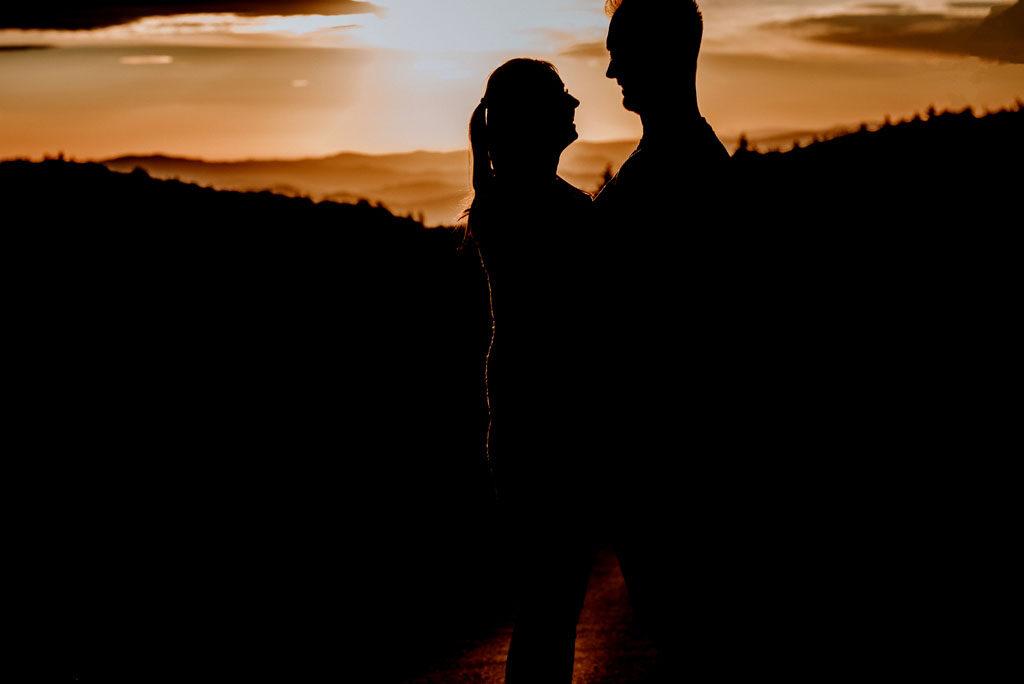 Kobieta i mężczyzna oraz wschód słońca.
