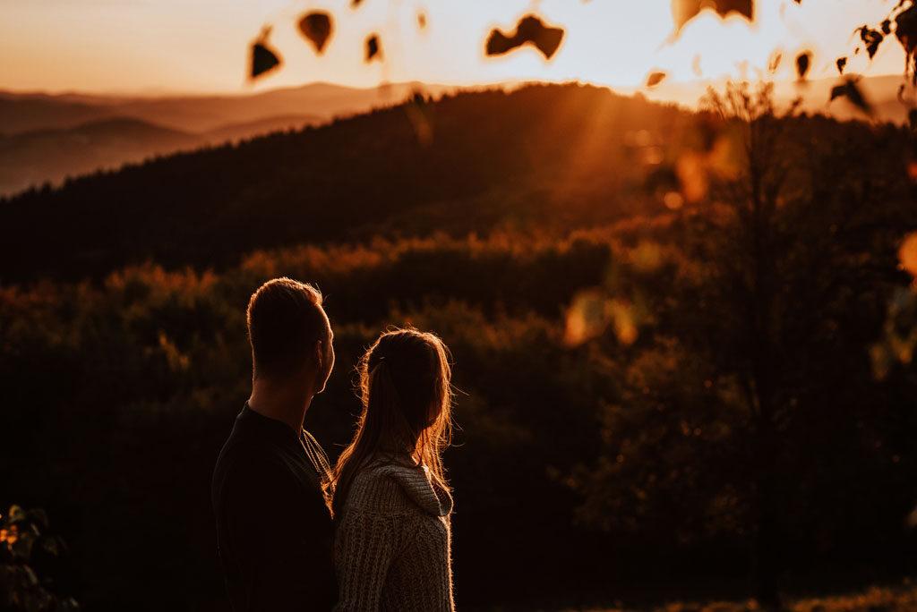 Sesja narzeczeńska piękna jesień.