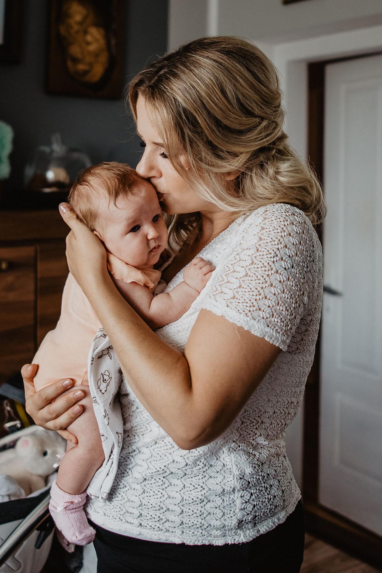 Mama całuje dziecko.