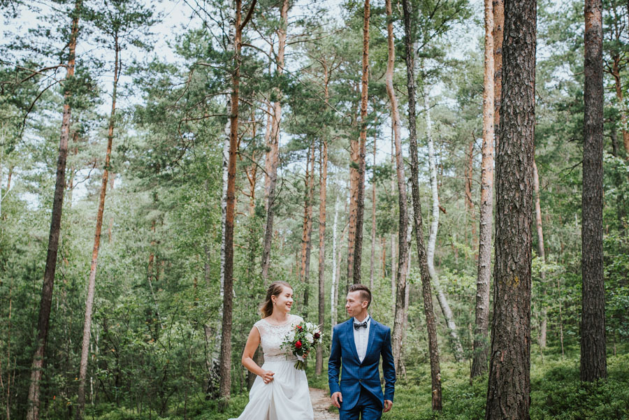 Naturalne zdjęcia ślubne w lesie
