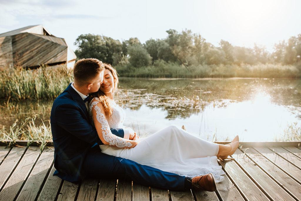 Para zakochanych wtuleni nad wodą.