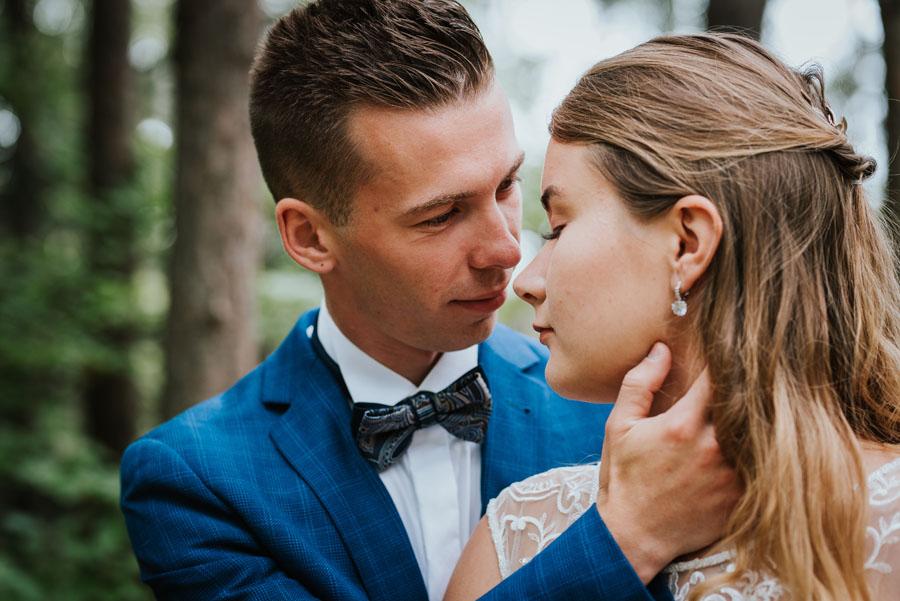 Sesja ślubna w lesie z ludźmi
