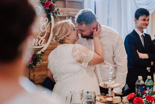 Fotograf ślubny - zdjęcie pocałunku na sali weselnej