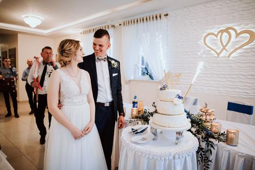 Para Młoda tort weselny
