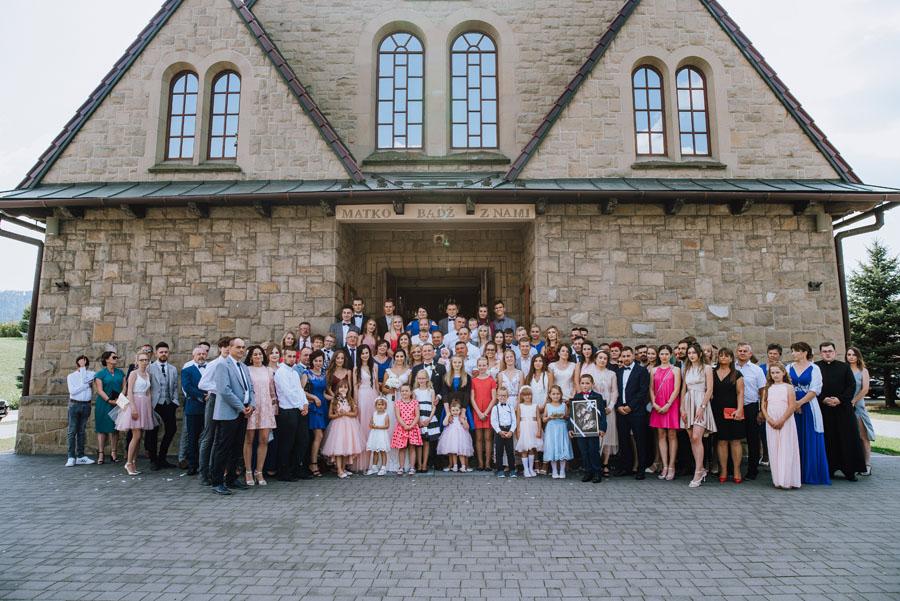Zdjęcie grupowe przed kościołem wesele