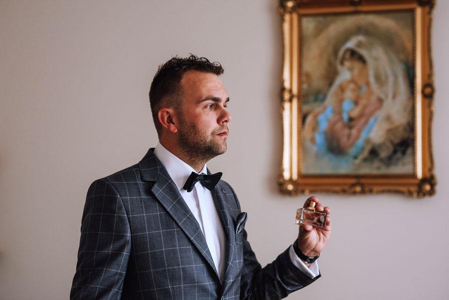 Fotograf ślubny z Nowego Sącza zrobił zdjęcia na przygotowaniach do ślubu Pana Młodego.