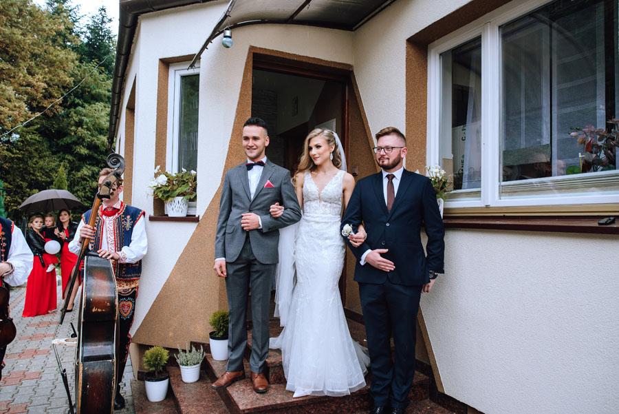 Fotograf ślubny z Nowego Sącza zrobił zdjęcia podczas powitania się ze sobą Pary Młodej.
