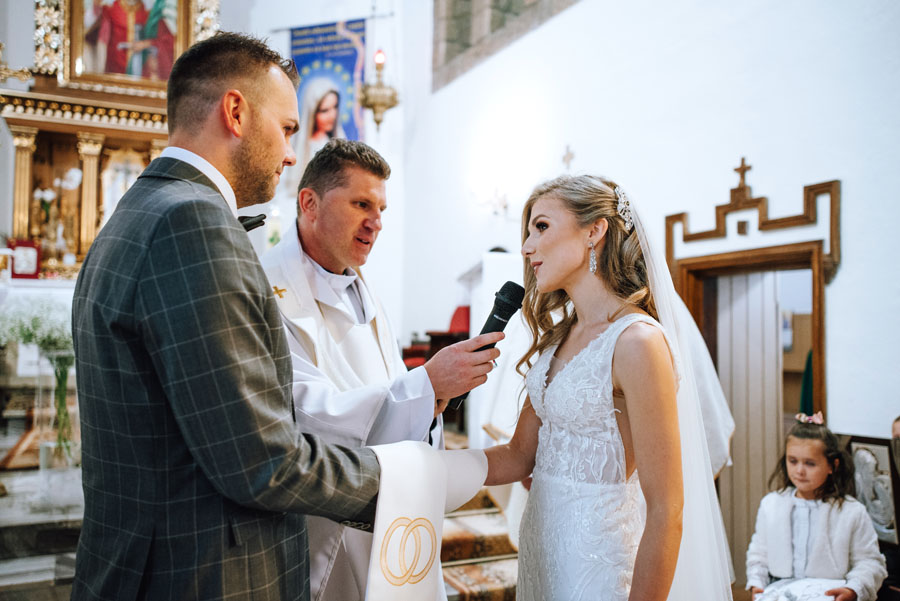 Fotograf ślubny z Nowego Sącza zrobił zdjęcia w kościele na ślubie w Małopolsce.