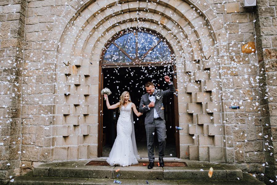 Fotograf ślubny z Nowego Sącza zrobił zFotograf ślubny z Nowego Sącza zrobił zdjęcia w kościele na ślubie w Małopolsce.djęcia w kościele na ślubie w Małopolsce.