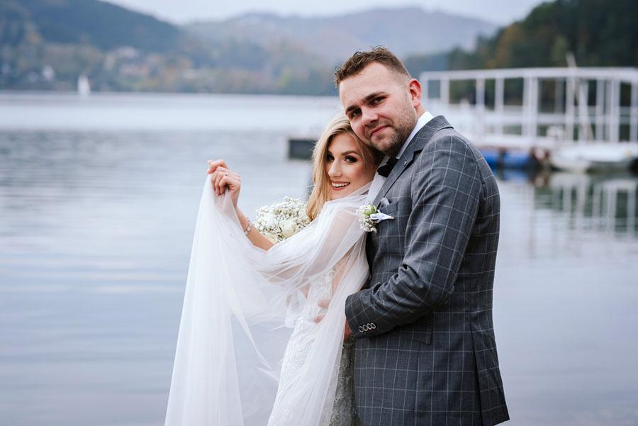 Fotograf ślubny zrobił Parze Młodej sesję nad Jeziorem Rożnowskim w Małopolsce.