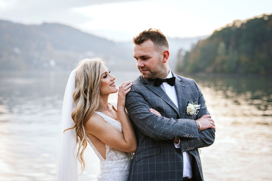 Fotograf ślubny z Nowego Sącza zrobił Parze Młodej sesję nad Jeziorem Rożnowskim w Małopolsce.