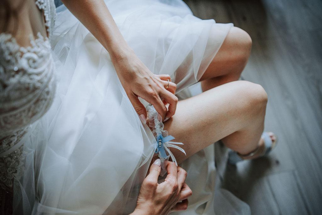 przygotowania do ślubu panny młodej ubieranie podwiązki
