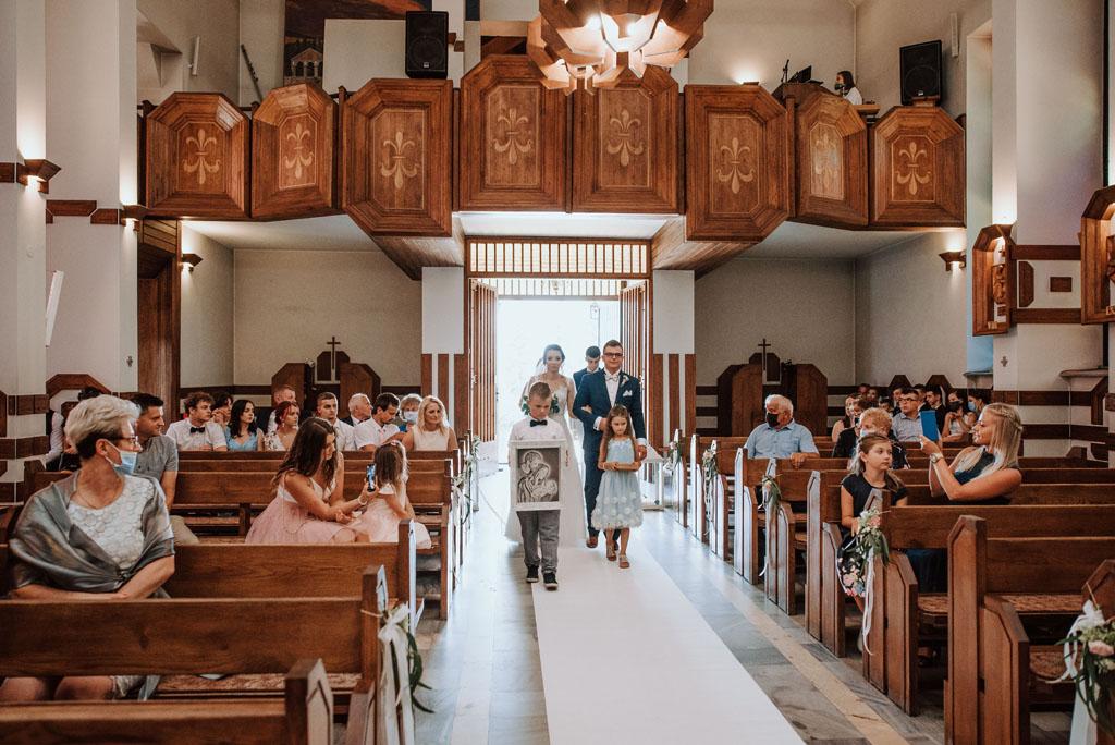 Ślub w kościele w Michalczowej -wejście