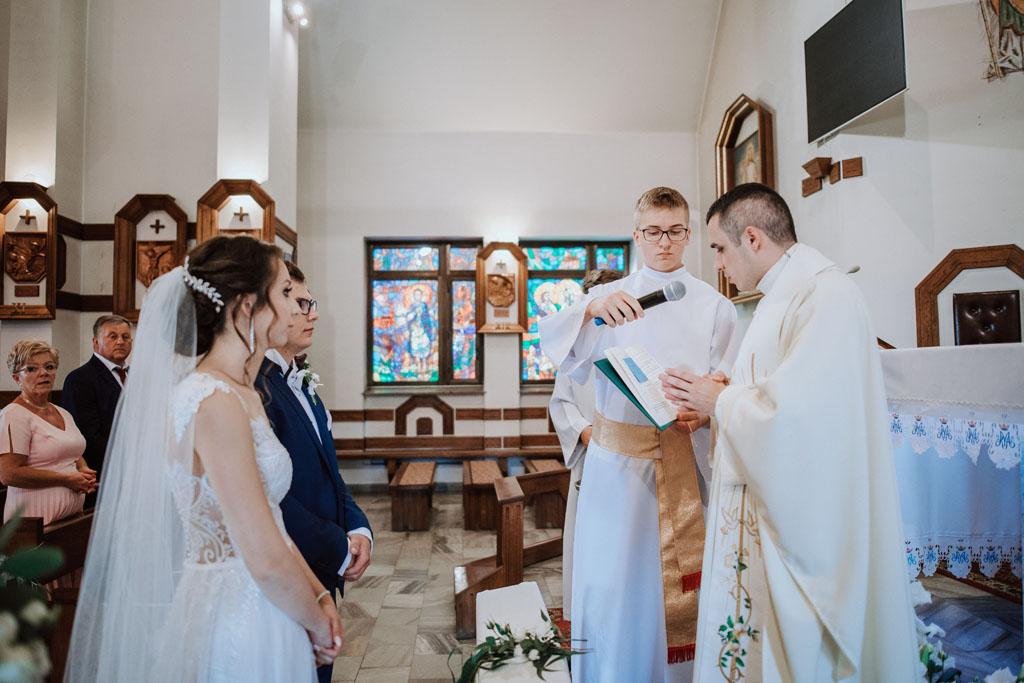 Przysięga małżeńska w kościele w Michalczowej