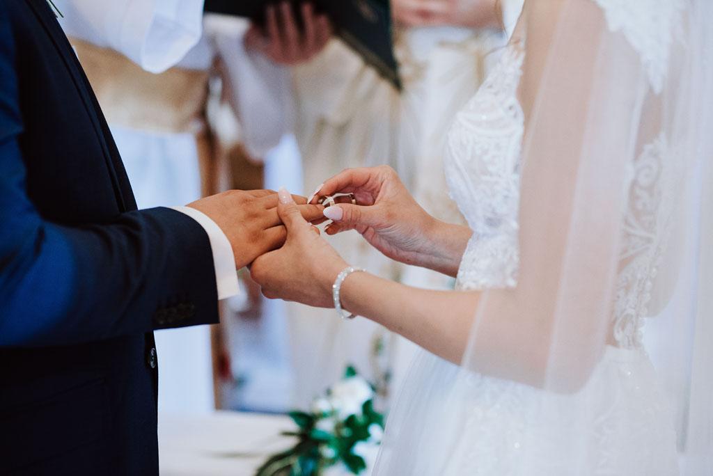 Ślub w kościele w Michalczowej - nakładanie obrączek