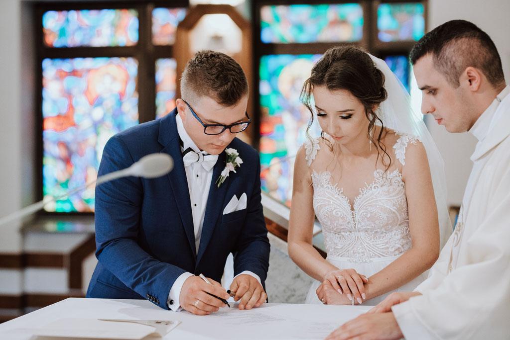 Ślub w kościele w Michalczowej - podpisywanie dokumentów