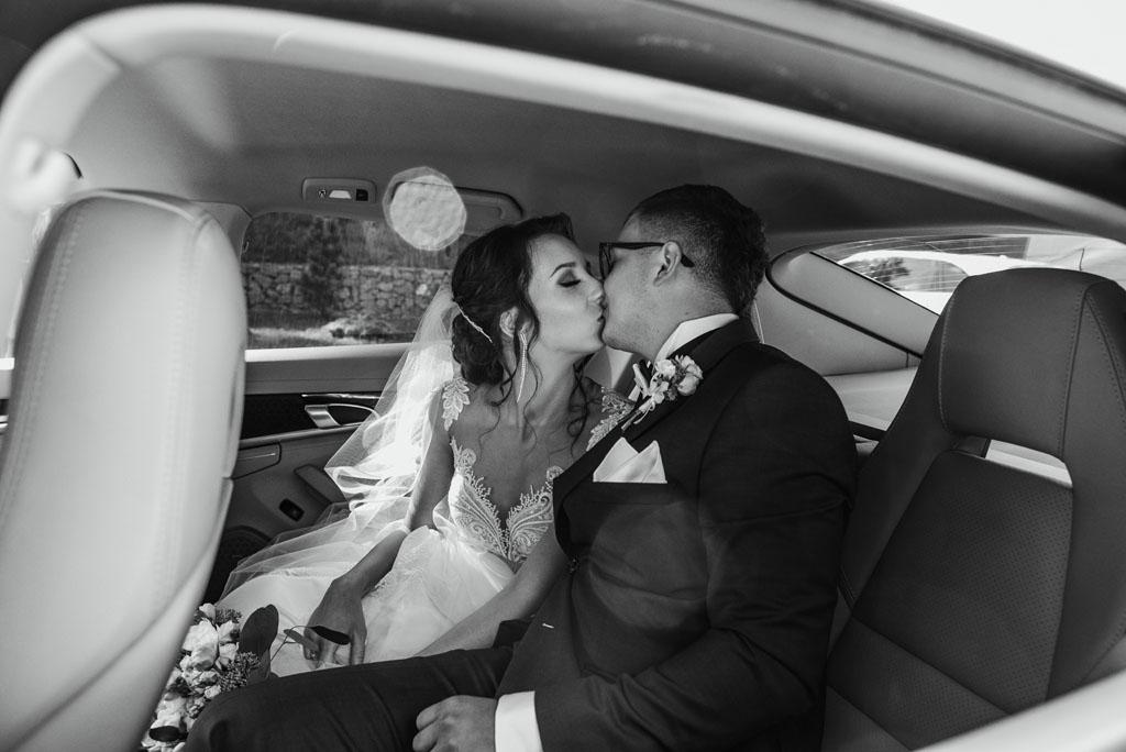 Zdjęcie ślubne w samochodzie