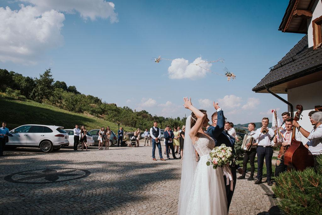 Sala weselna w Żmiącej przy Młynie -  Ujanowice - rzucanie kieliszkami