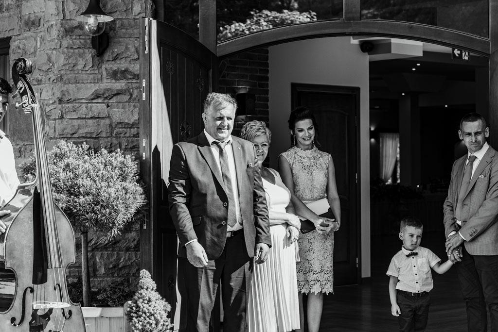 Sala weselna w Żmiącej przy Młynie -  Ujanowice - przywitanie Pary Młodej