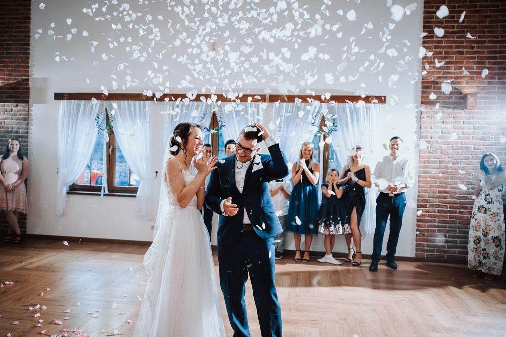 Sala weselna w Żmiącej przy Młynie -  Ujanowice - konfetti