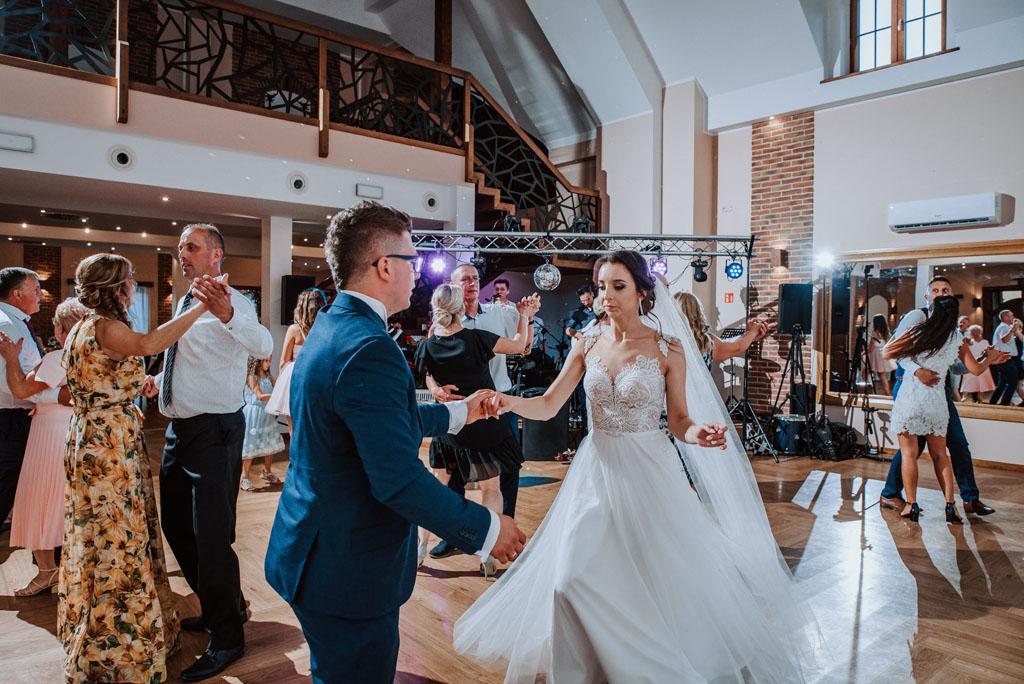 Sala weselna w Żmiącej przy Młynie -  Ujanowice i para młoda