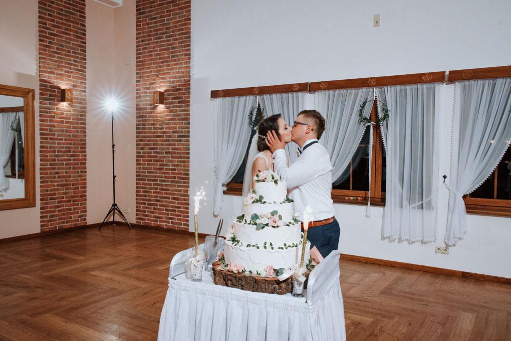 Sala weselna w Żmiącej przy Młynie -  Ujanowice - pocałunek na sali weselnej przy torcie