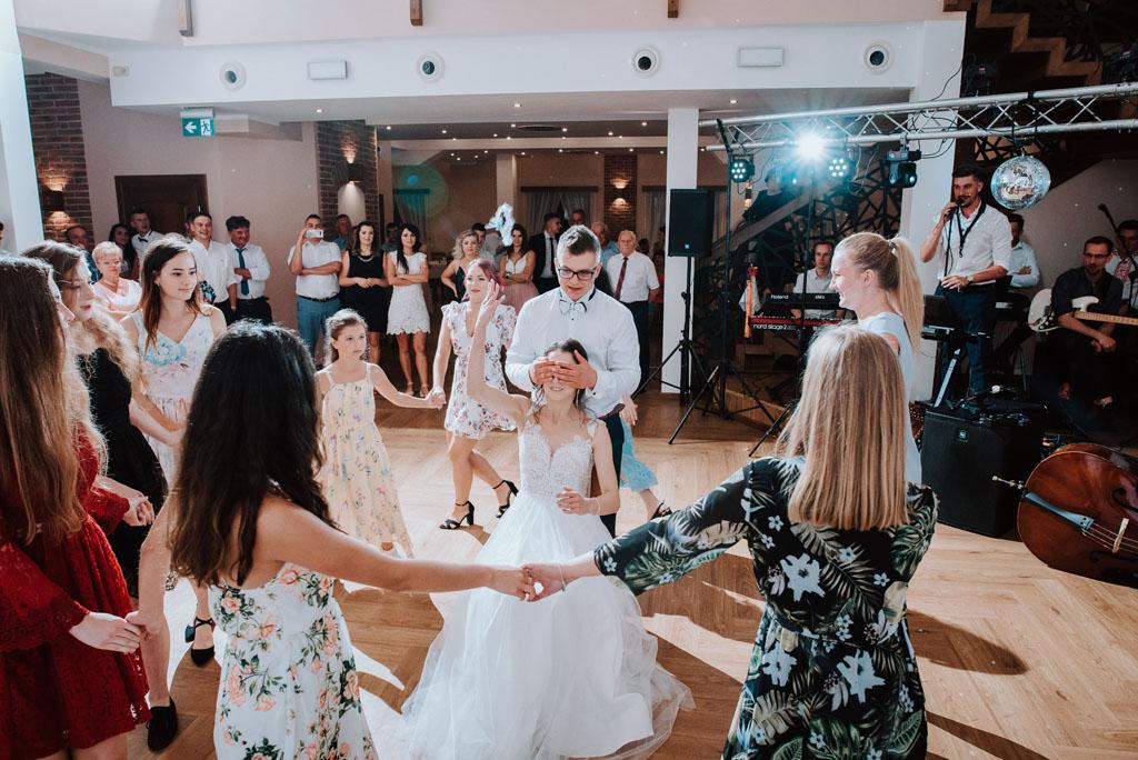 Sala weselna w Żmiącej przy Młynie -  Ujanowice - rzucanie podwiązką