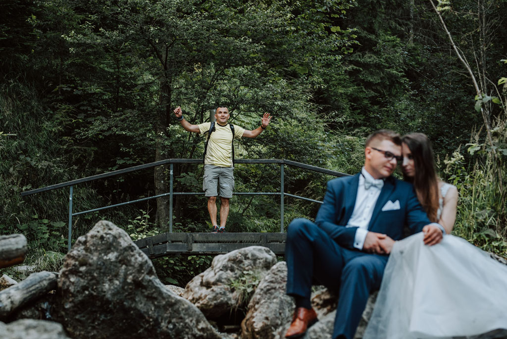 plener ślubny w wąwozie homole - turysta i para młoda